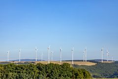 Générateur de vent dans le paysage rural sous le ciel bleu photo libre de droits
