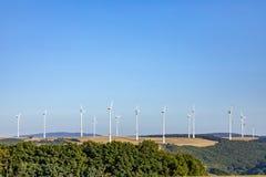 Générateur de vent dans le paysage rural sous le ciel bleu images stock