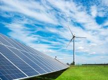 Générateur de vent de l'électricité de trois lames et de panneaux solaires d'une batterie de cellules photo-électriques contre images stock