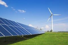 Générateur de vent de l'électricité de trois lames et de panneaux solaires d'une batterie de cellules photo-électriques contre photo stock