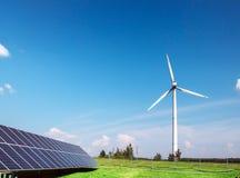 Générateur de vent de l'électricité de trois lames et de panneaux solaires d'une batterie de cellules photo-électriques contre photos libres de droits
