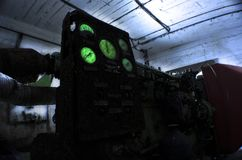 Générateur diesel dans un abri abandonné, sous la lumière d'une lampe-torche photo libre de droits
