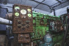 Générateur diesel dans un abri abandonné, sous la lumière d'une lampe-torche photographie stock libre de droits