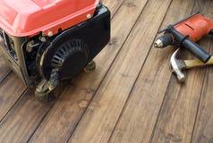 Générateur et outils d'essence sur la table Photo stock
