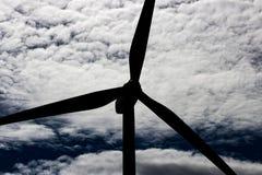 Générateur viable vert de l'électricité de turbine de puissance de moulin à vent d'énergie sur Rolling Hills avec les nuages et l images stock