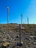 Générateurs de vent sur la montagne avec le ciel bleu image libre de droits