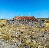 Générateurs de vent sur la montagne avec le ciel bleu photo stock