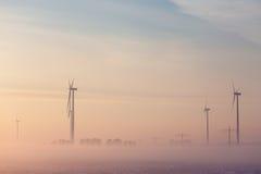 Générateurs de vent sur un champ pendant l'hiver Photos libres de droits