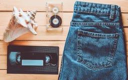 Génération des accessoires x : jeans, cassette sonore, VHS, coquille sur a image stock