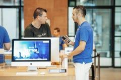 Génie d'Apple vendant le premier iPhone au client Images stock