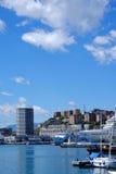 GÉNOVA, ITALIA - 28 de abril de 2017 - puerto de Génova y su architectu Imagen de archivo