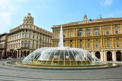 GÉNOVA, ITALIA - 15 DE JUNIO DE 2017: Plaza principal de Piazza De Ferrari con la fuente en Génova, Italia Fotografía de archivo