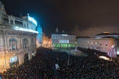 GÉNOVA, ITALIA - DICIEMBRE, 19 2015 - Feliz Año Nuevo y felices fuegos artificiales de Navidad Fotos de archivo libres de regalías