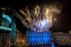GÉNOVA, ITALIA - DICIEMBRE, 19 2015 - Feliz Año Nuevo y felices fuegos artificiales de Navidad Foto de archivo libre de regalías