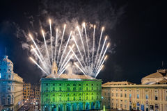 GÉNOVA, ITALIA - DICIEMBRE, 19 2015 - Feliz Año Nuevo y felices fuegos artificiales de Navidad Imagen de archivo libre de regalías