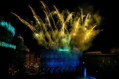 GÉNOVA, ITALIA - DICIEMBRE, 19 2015 - Feliz Año Nuevo y felices fuegos artificiales de Navidad Foto de archivo