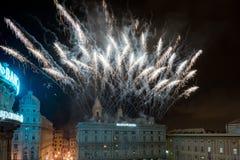 GÉNOVA, ITALIA - DICIEMBRE, 19 2015 - Feliz Año Nuevo y felices fuegos artificiales de Navidad Imagen de archivo