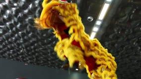 Génova Italy-09-03-2019: Danza de león en los polos en el festival del este en Génova almacen de metraje de vídeo