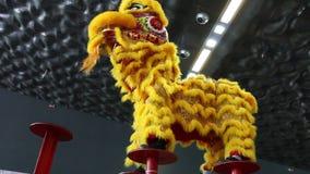 Génova Italy-09-03-2019: Danza de león en los polos en el festival del este en Génova metrajes