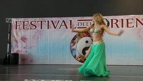 Génova Italy-09-03-2019: Danza de vientre en el festival del Oriente en Génova almacen de metraje de vídeo