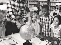 Géographie d'étudiants apprenant le concept de salle de classe Image libre de droits