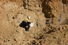 Géologue Sampling Rocks - Australie Image libre de droits