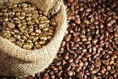 Gérmenes de oro del café en el saco de la arpillera Foto de archivo