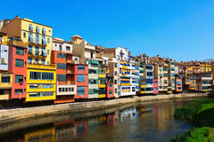 Gérone avec la rivière dans le temps de jour catalonia Photographie stock