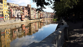 Gérone c'est la vieille ville sur la rivière Photo libre de droits