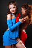 Gêmeos bonitos que abraçam no vestido de cocktail. Imagens de Stock Royalty Free