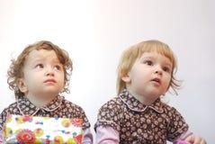 Gêmeos com presente Foto de Stock