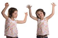 Gêmeos da dança com auscultadores imagens de stock royalty free