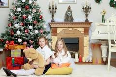 Gêmeos das meninas com a árvore de Natal dos presentes e Fotografia de Stock