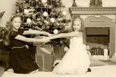 Gêmeos das meninas com a árvore de Natal dos presentes e Imagem de Stock Royalty Free