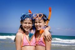 Gêmeos e o oceano Fotografia de Stock Royalty Free