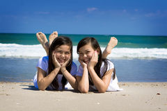 Gêmeos e oceano Fotografia de Stock Royalty Free