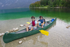 Gêmeos felizes aprontam-se para canoe fotos de stock