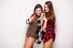 Gêmeos felizes que levantam junto Imagem de Stock Royalty Free