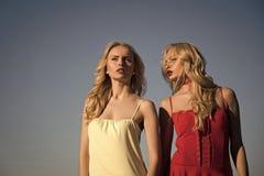 Gêmeos Meninas com pés, a família e as irmãs 'sexy' Imagem de Stock Royalty Free