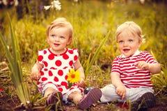 Gêmeos pequenos engraçados Imagem de Stock Royalty Free