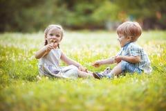 Gêmeos pequenos engraçados foto de stock