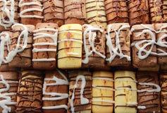 Gêneros alimentícios doces da pastelaria da padaria fresca indicados na loja Fotos de Stock