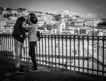 Gênes, Italie - 21 avril 2016 : Jeunes dans des couples d'amour embrassant sur t Photo stock