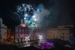 GÊNES, l'ITALIE - DÉCEMBRE, 19 2015 - bonne année et joyeux feux d'artifice de Noël Photographie stock