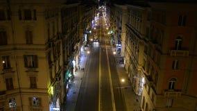 Gênes une rue de désert la nuit avec des personnes marchant et des feux de signalisation banque de vidéos