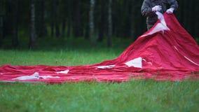 Góndola con el sobre que miente en la hierba, preparación para la competencia de aerostación del aire caliente almacen de video