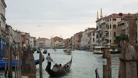 Góndola con los pasajeros en el Gran Canal en Venecia metrajes