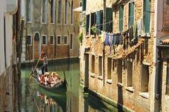 Góndola con los pasajeros en Venecia fotografía de archivo