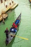 Góndola con los pasajeros en Venecia Imagen de archivo libre de regalías