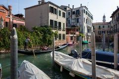 Góndola con los turistas en Venecia fotos de archivo libres de regalías